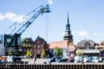 St. Cosmae-Nicolai Kirche von der Sicht aus Richtung Hafen , mit dem alten Hafenklran im Vordergrund